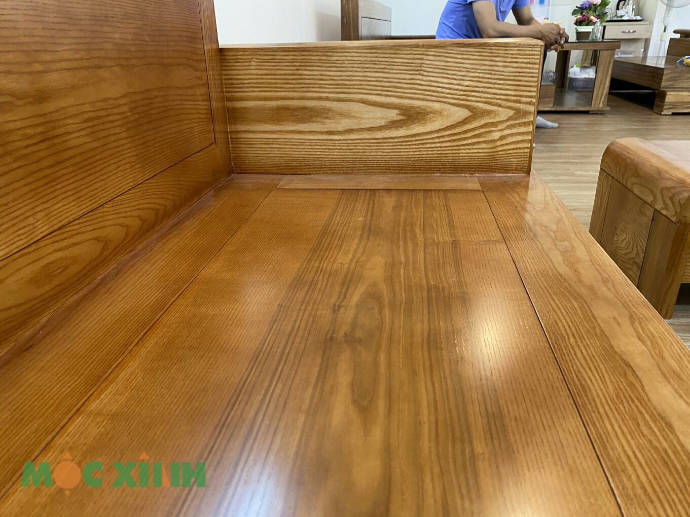 Các vân gỗ sồi nổi bật trên bề mặt ghế văng