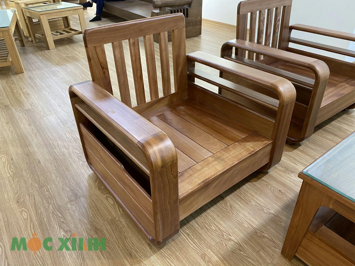 Phần ghế gỗ có thiết kế quen thuộc và đẹp mắt