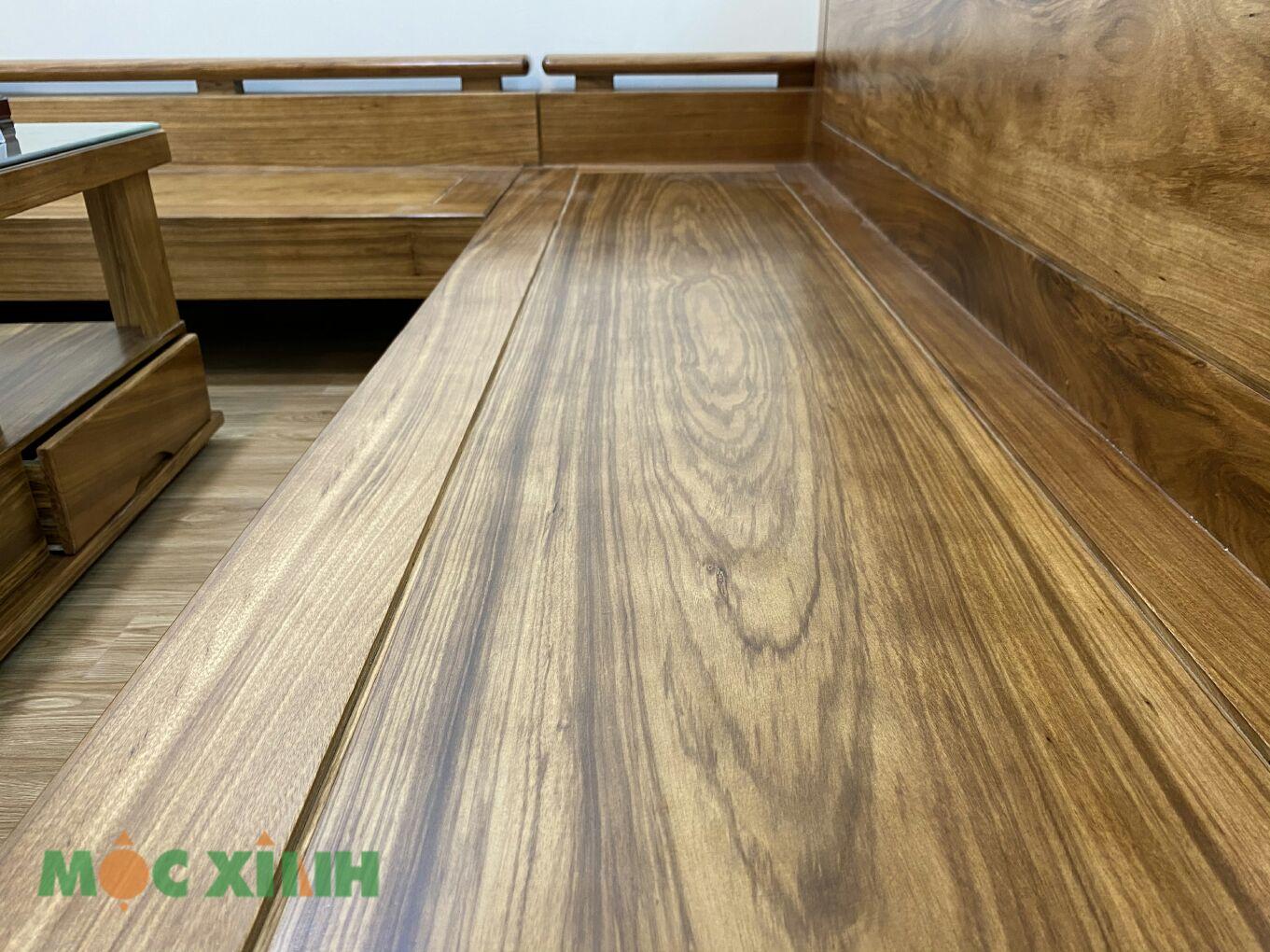 Phần ghế văng dài các vân gỗ ở dạng xoắn đẹp