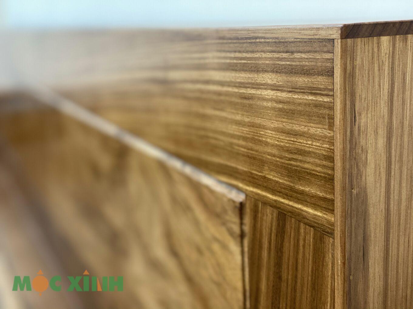 Vân gỗ trải dài và sắc nét
